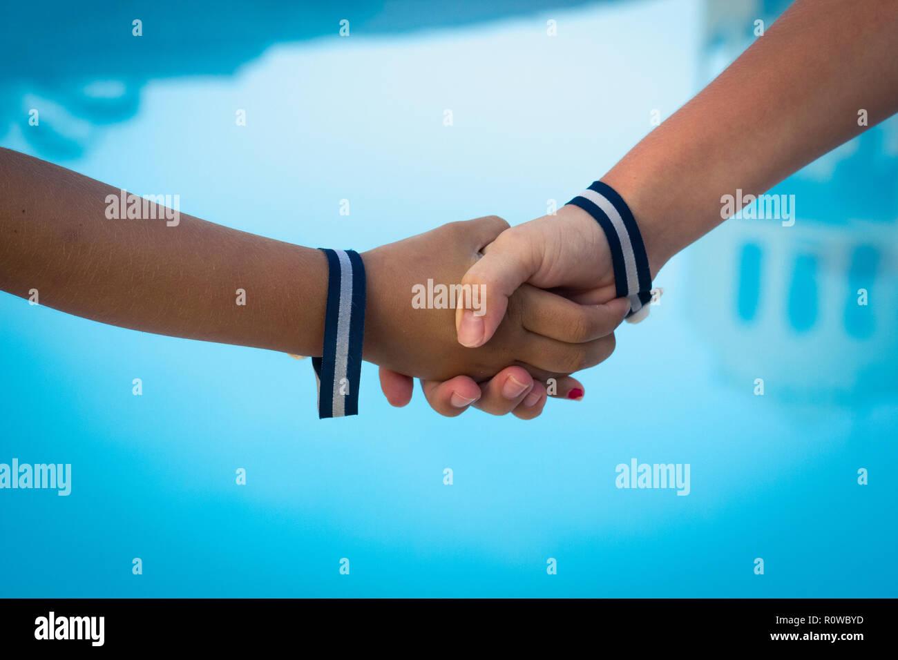 c20077f82beb Los niños agitando las manos en el agua azul de fondo. Rayas ...