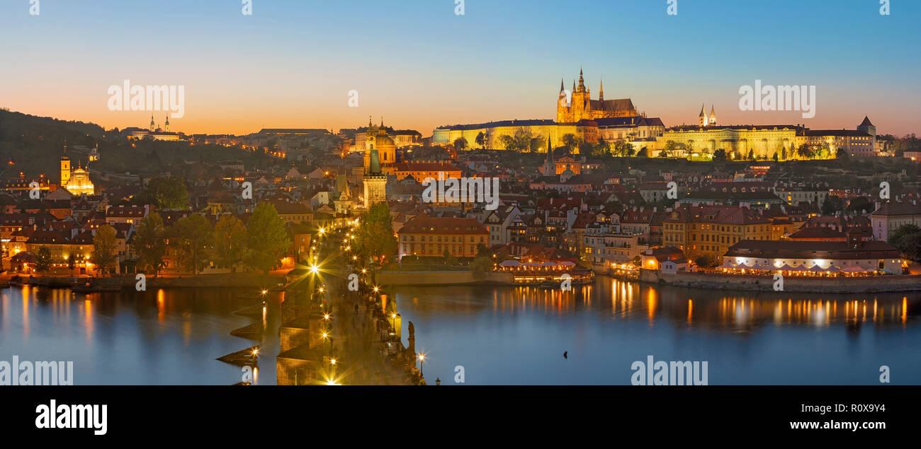 Praga - El Puente de Carlos, el castillo y la Catedral cone el río Moldava al atardecer. Foto de stock