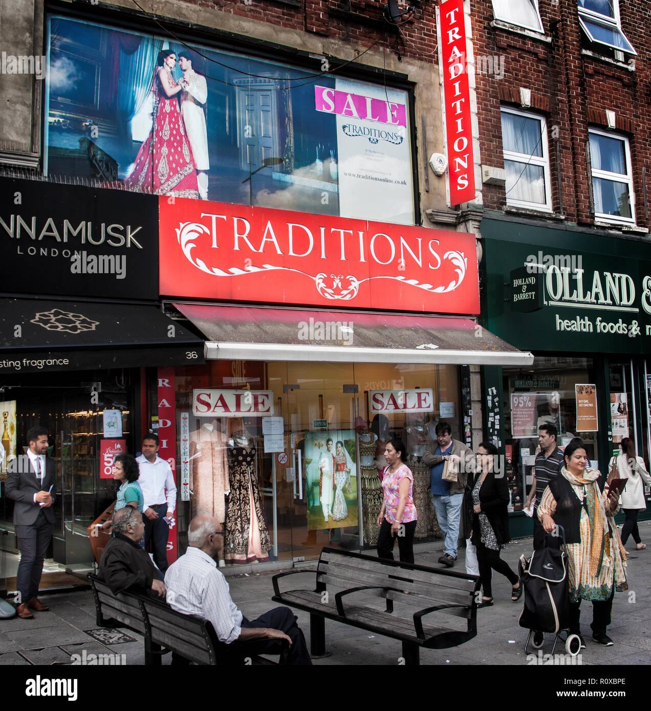 Escena de una calle fuera de la tienda de ropa tradiciones,Southall Broadway London Imagen De Stock