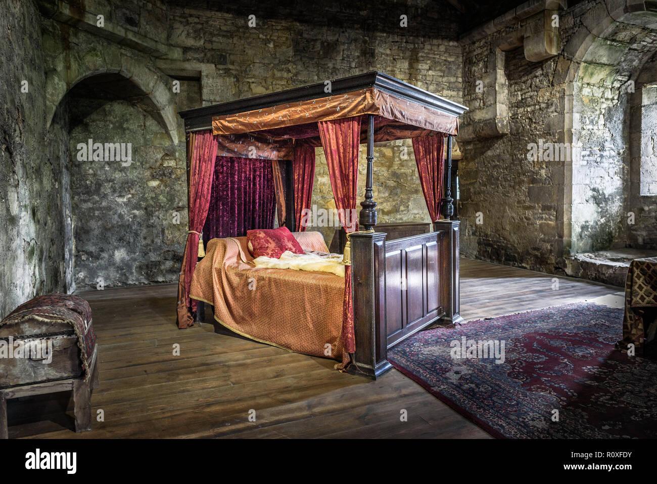 Hilo para dar las buenas noches  - Página 6 Senor-scropes-alcoba-en-el-bolton-castle-yorkshire-inglaterra-reino-unido-r0xfdy