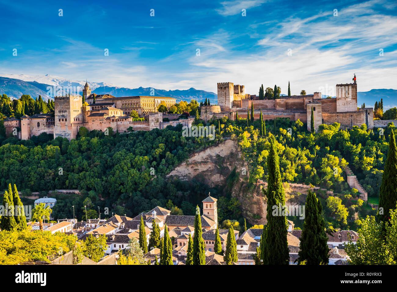 Panorama de la Alhambra desde el Mirador de San Nicolás. De izquierda a derecha: Palacios Nazaries, el Palacio de Carlos V y la Alcazaba. A continuación, el S Foto de stock