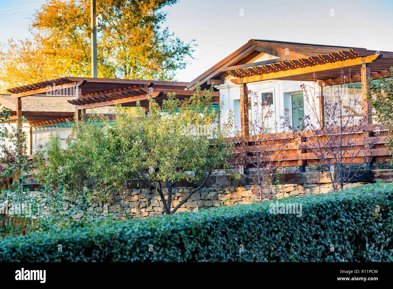 Casa Rural Complejo De Madera Con Terraza Y árboles Junto A