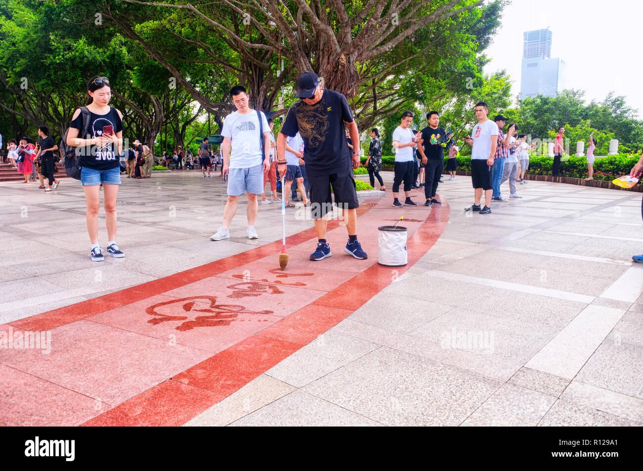 Shenzhen, China. El 26 de mayo de 2018. Un hombre chino escribir un poema con el agua sobre la tierra en la cumbre de Lianhuashan Park en Shenzhen, China. Imagen De Stock