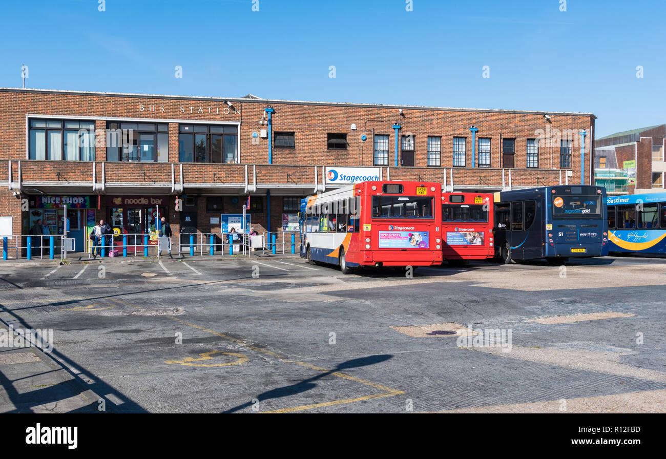 Autobuses en la estación de autobuses Stagecoach en Chichester, West Sussex, Inglaterra, Reino Unido. Imagen De Stock