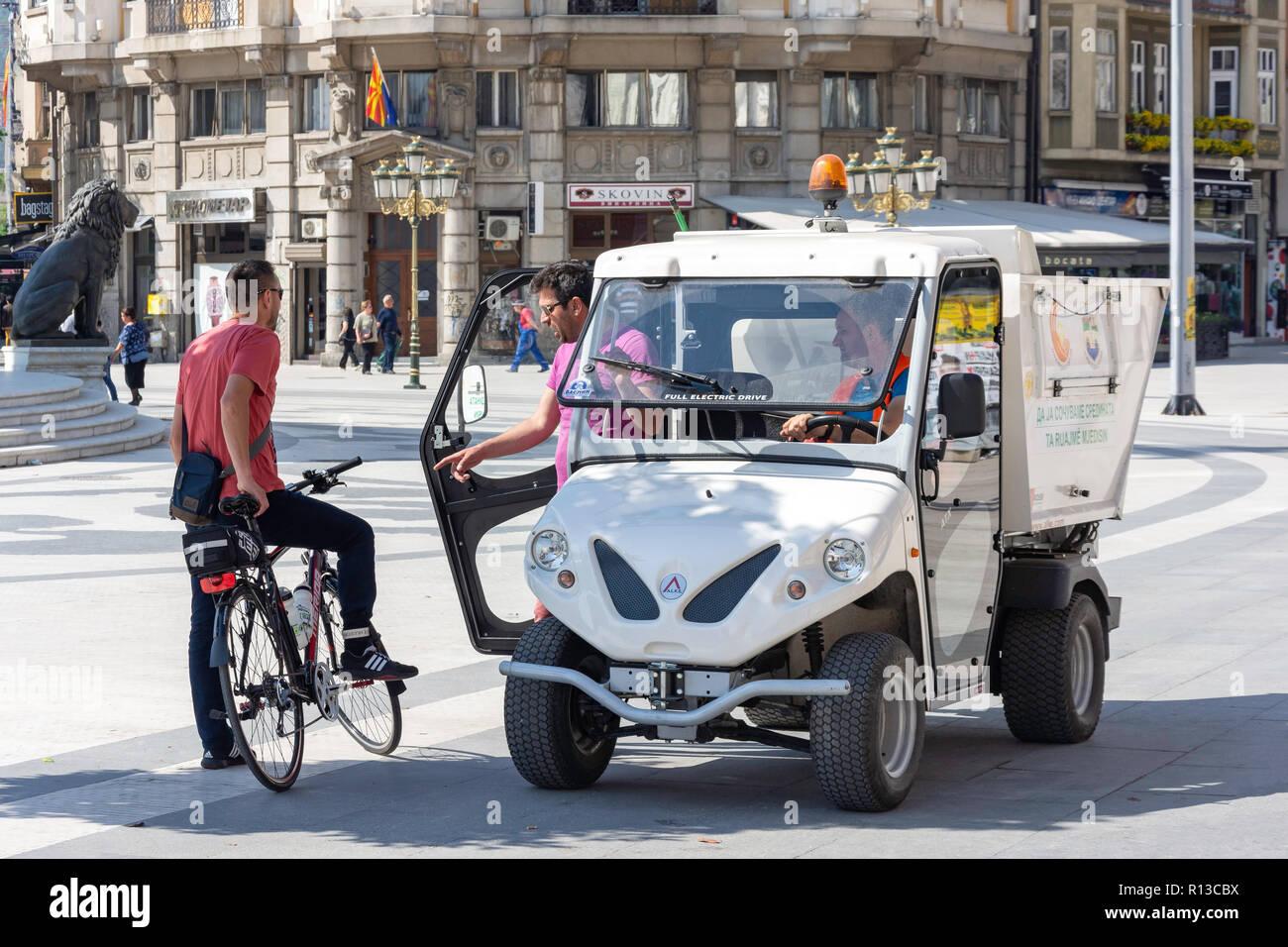 Consejo coche eléctrico en la Plaza de Macedonia, Skopje, Región de Skopje, República de Macedonia del norte Imagen De Stock