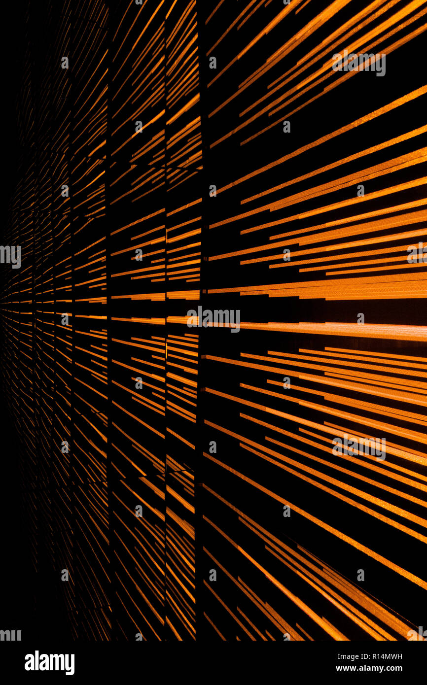 Coloridas rayas de luz muestran una disminución de la perspectiva y crear una sensación de movimiento, movimiento y velocidad Foto de stock