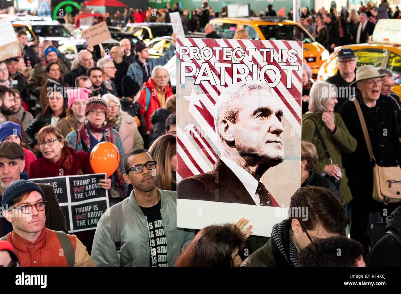 Los manifestantes visto sosteniendo un cartel durante el