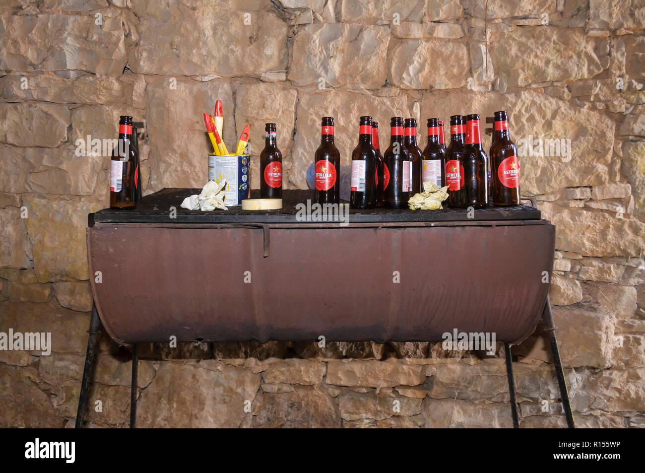 Barbacoa lleno de botellas de cerveza en un determinado partido rural Imagen De Stock
