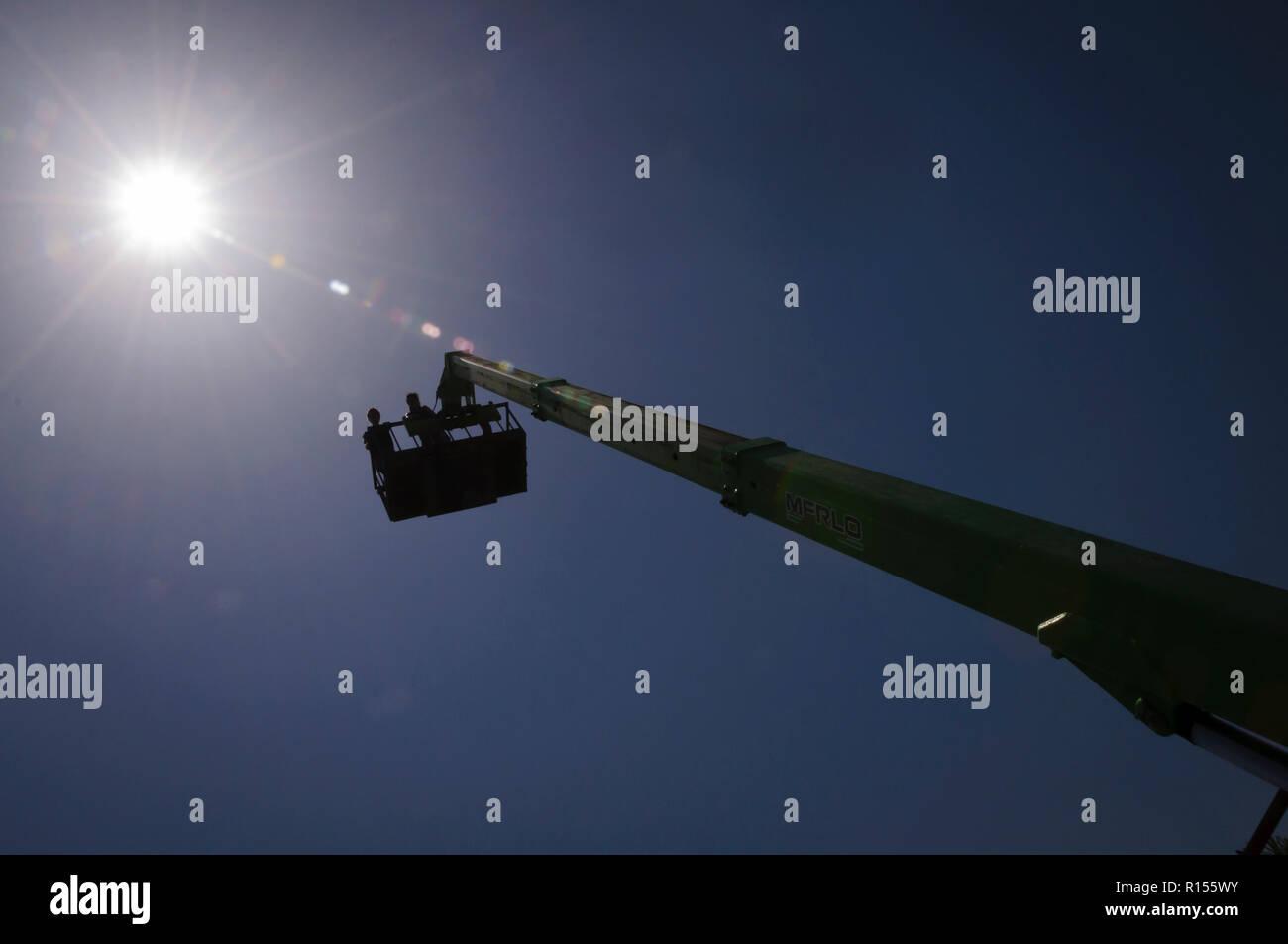 Personas en una máquina de trabajo con sus brazos acostado hacia el sol de verano Imagen De Stock