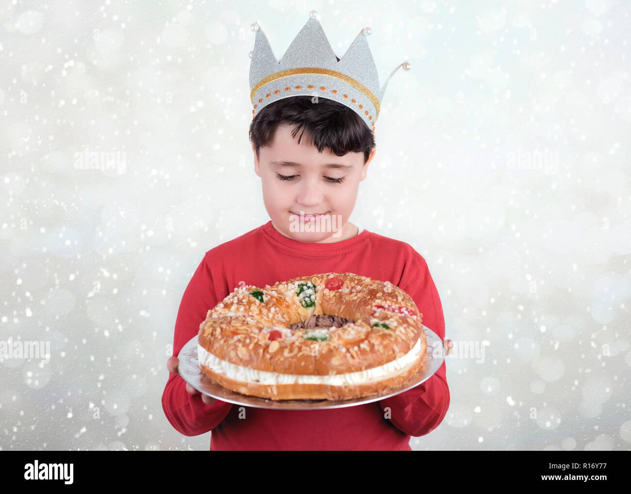 Postres Para Una Feliz Navidad.Nino Feliz Con El Rey Pastel Tipico Postre Espanol Para