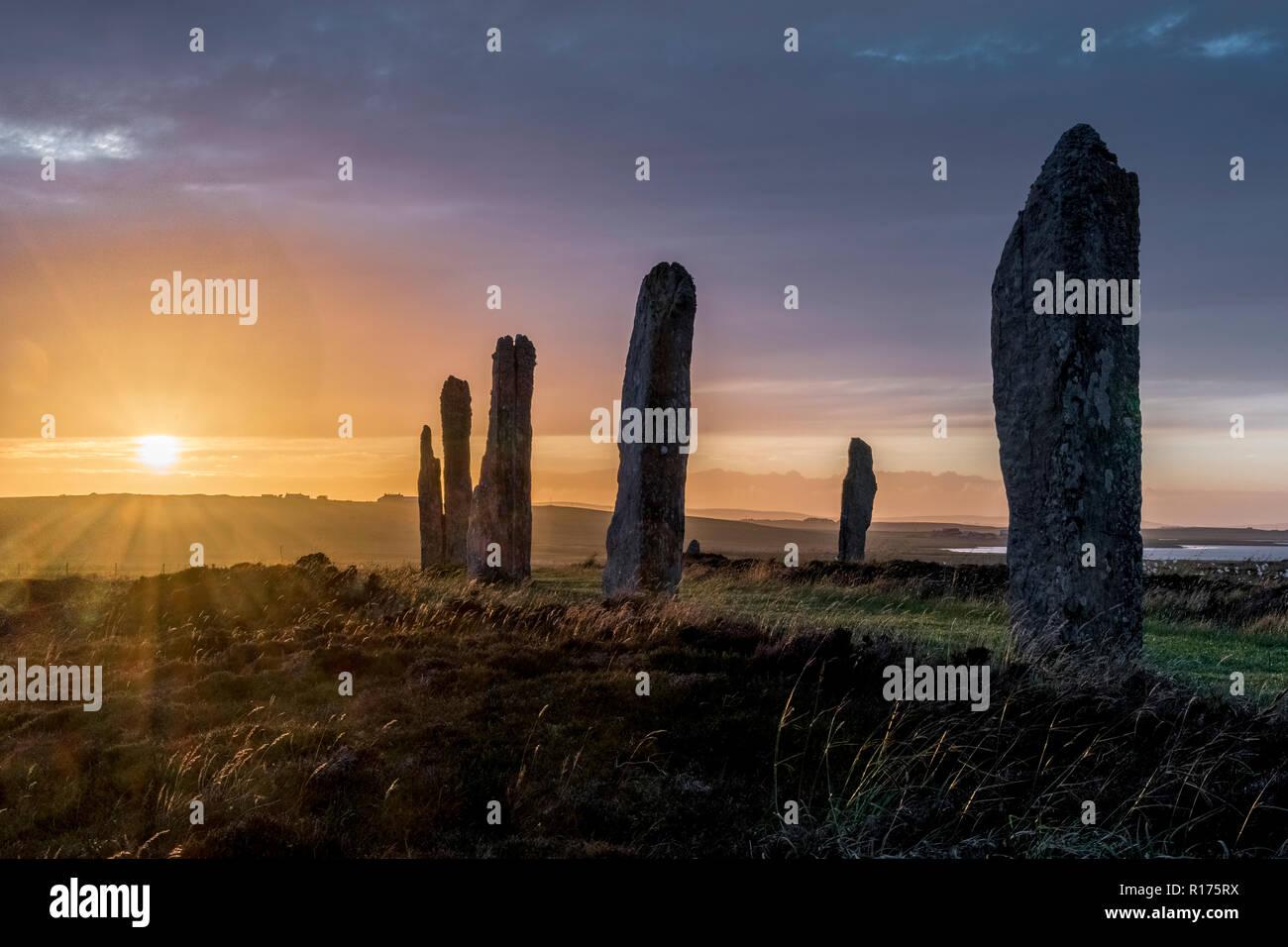 En anillo de Brodgar Orkney neolítico Standing Stones, Stone Circle, el solsticio de verano. Foto de stock