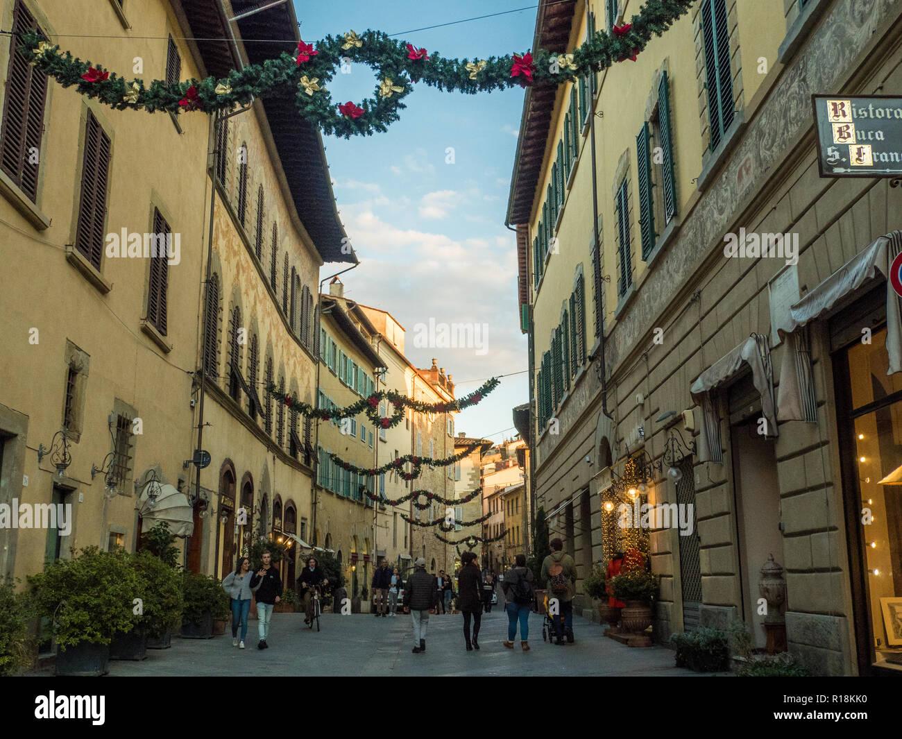 Calle 'Corsa Italia' en el tiempo de Navidad en la ciudad de Arezzo, Toscana, Italia Imagen De Stock
