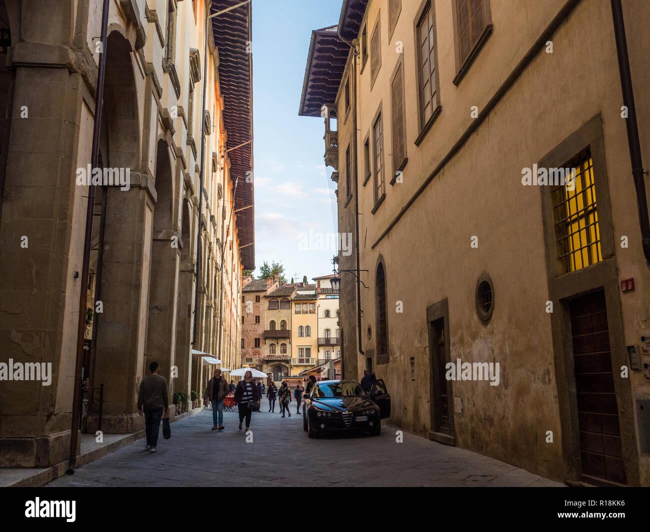 Mirando hacia Piazza Grande medieval en la ciudad de Arezzo, Toscana, Italia Imagen De Stock