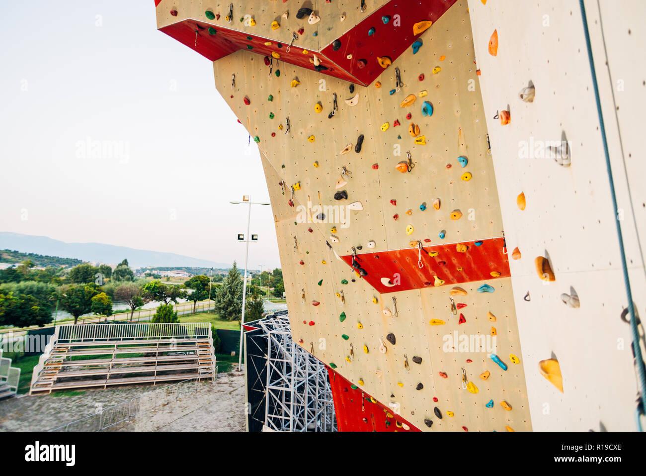 Pared de escalada al aire libre en una instalación deportiva Imagen De Stock