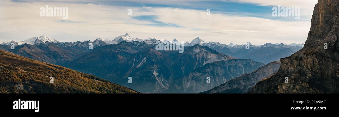 Vistas panorámicas de los Alpes Suizos desde el Gemmipass. Foto de stock