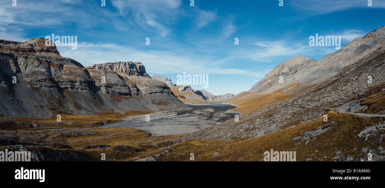 El lago en Gemmi Daubensee pass, Suiza. Foto de stock