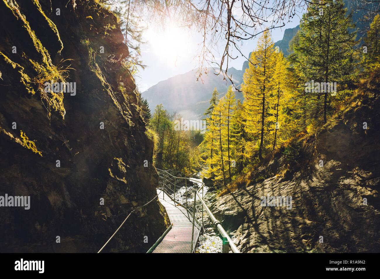 La pasarela de los muelles (themal Leucurbad Dala gorge) durante el otoño. Foto de stock
