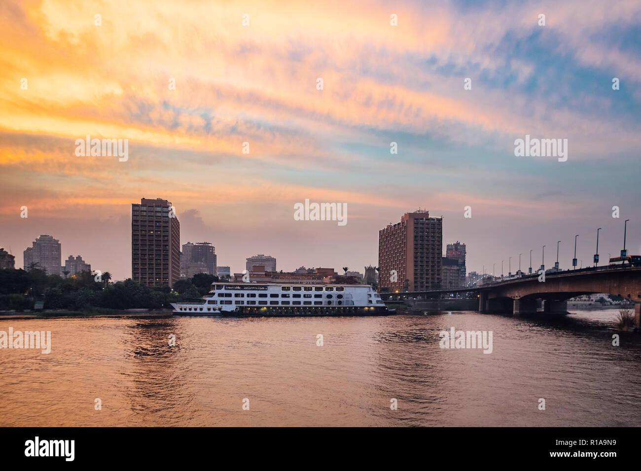La isla de Zamalek & 15 de mayo de puente en el centro de Cairo en penumbra Foto de stock