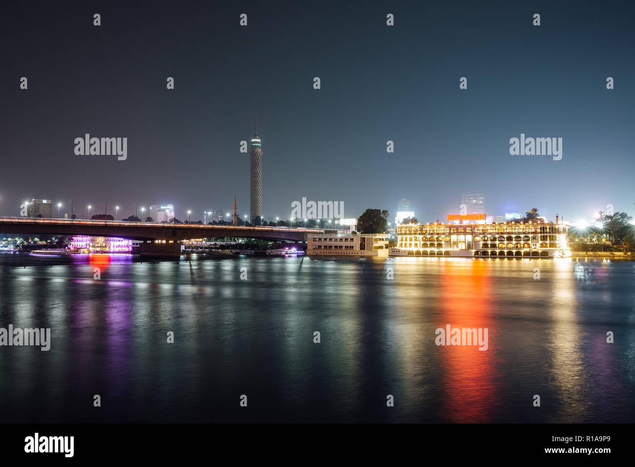 El centro de la ciudad de El Cairo y el Nilo de noche larga exposición con suavizan el agua. Foto de stock
