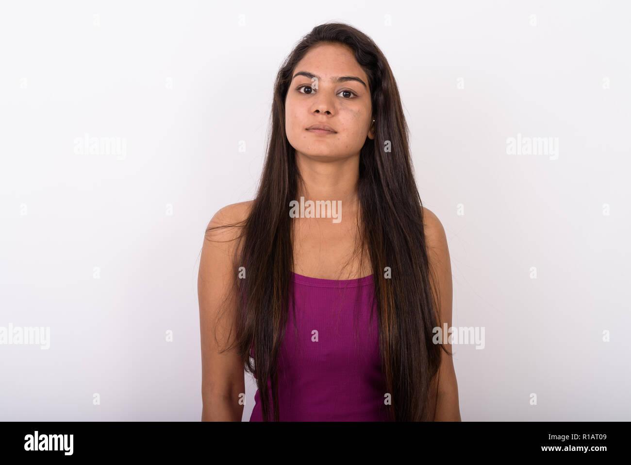 Foto de estudio de la joven mujer India vistiendo camisetas sin mangas contra whi Imagen De Stock
