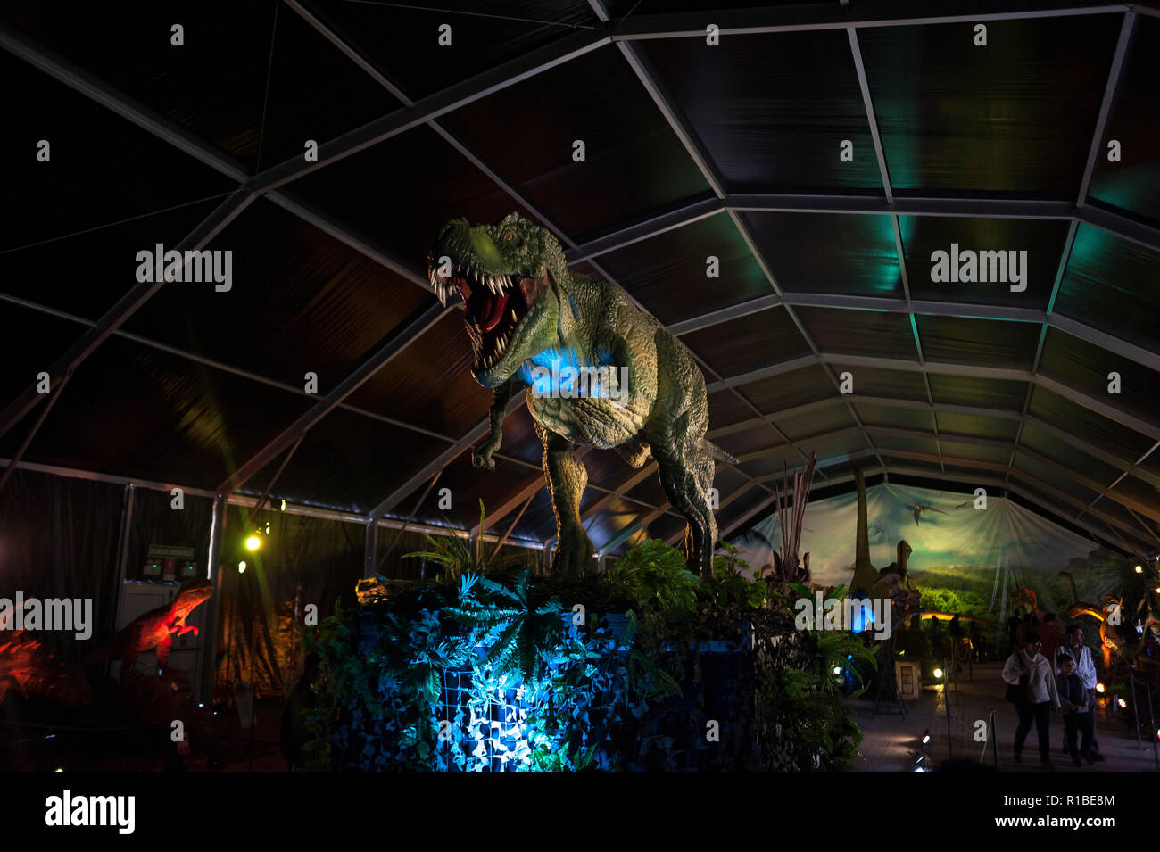 Una gran réplica de un dinosaurio es visto durante la Expo DINO XXL. Esta exposición está dividida en dos períodos (edad de los dinosaurios y la edad de hielo), con más de 100 diferentes animados dinosaurios réplicas de 12 metros de medida, con mecanismo de movimiento y sonido. El proyecto con las figuras de los dinosaurios que son réplicas a escala real, tiene la finalidad de hacer los detalles conocidos de los dinosaurios edad cuando se asientan sobre la tierra. Foto de stock