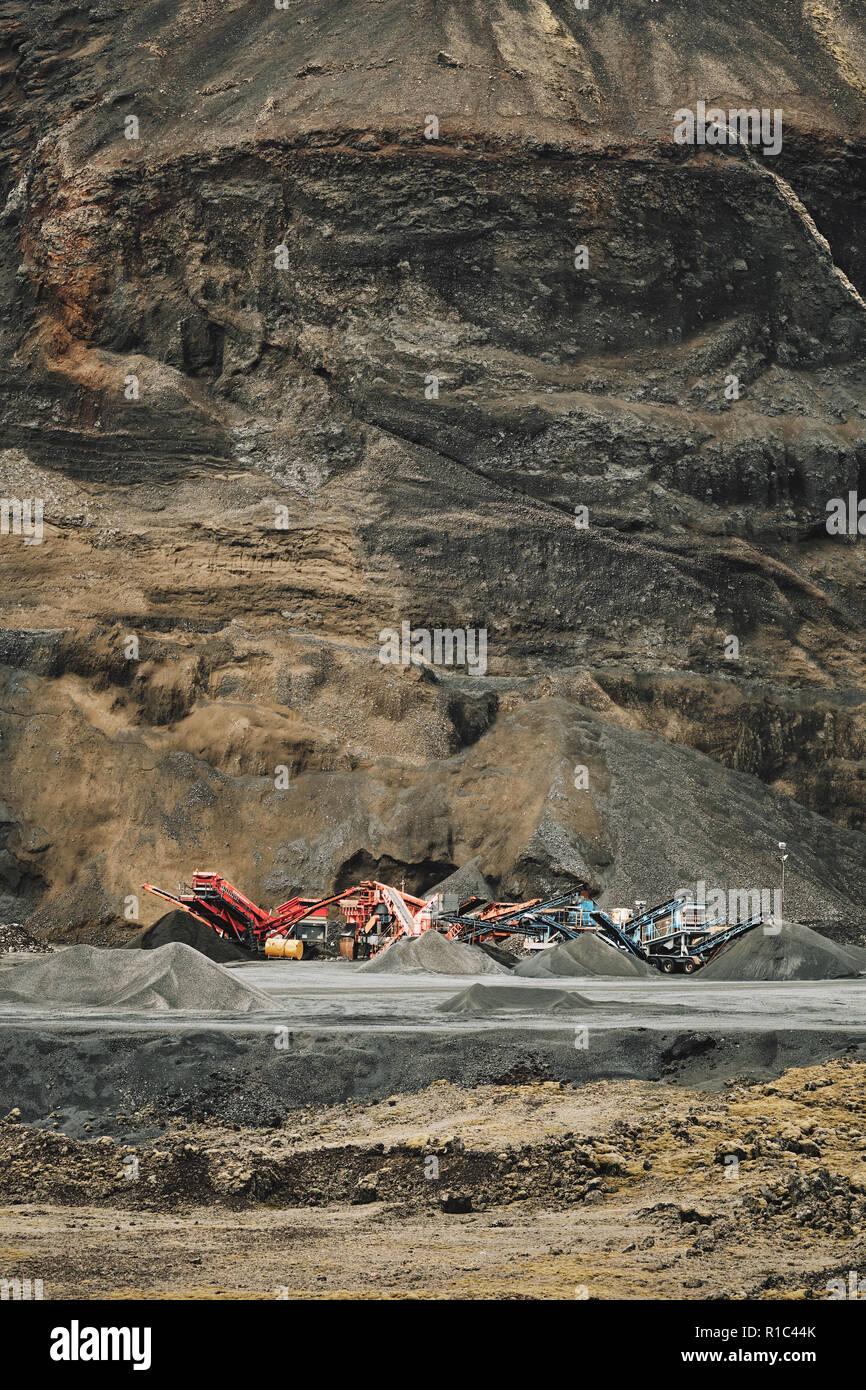 Agregado de una cantera de mineral y maquinaria con el abierto de la roca en el fondo Imagen De Stock