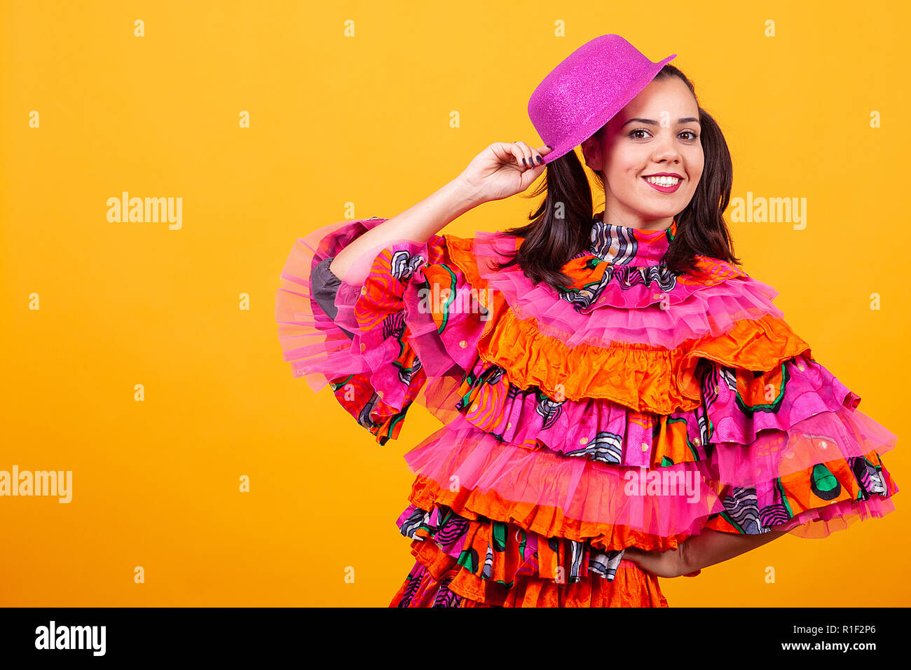 5760032cf Mexican Girl In Traditional Dress Imágenes De Stock & Mexican Girl ...