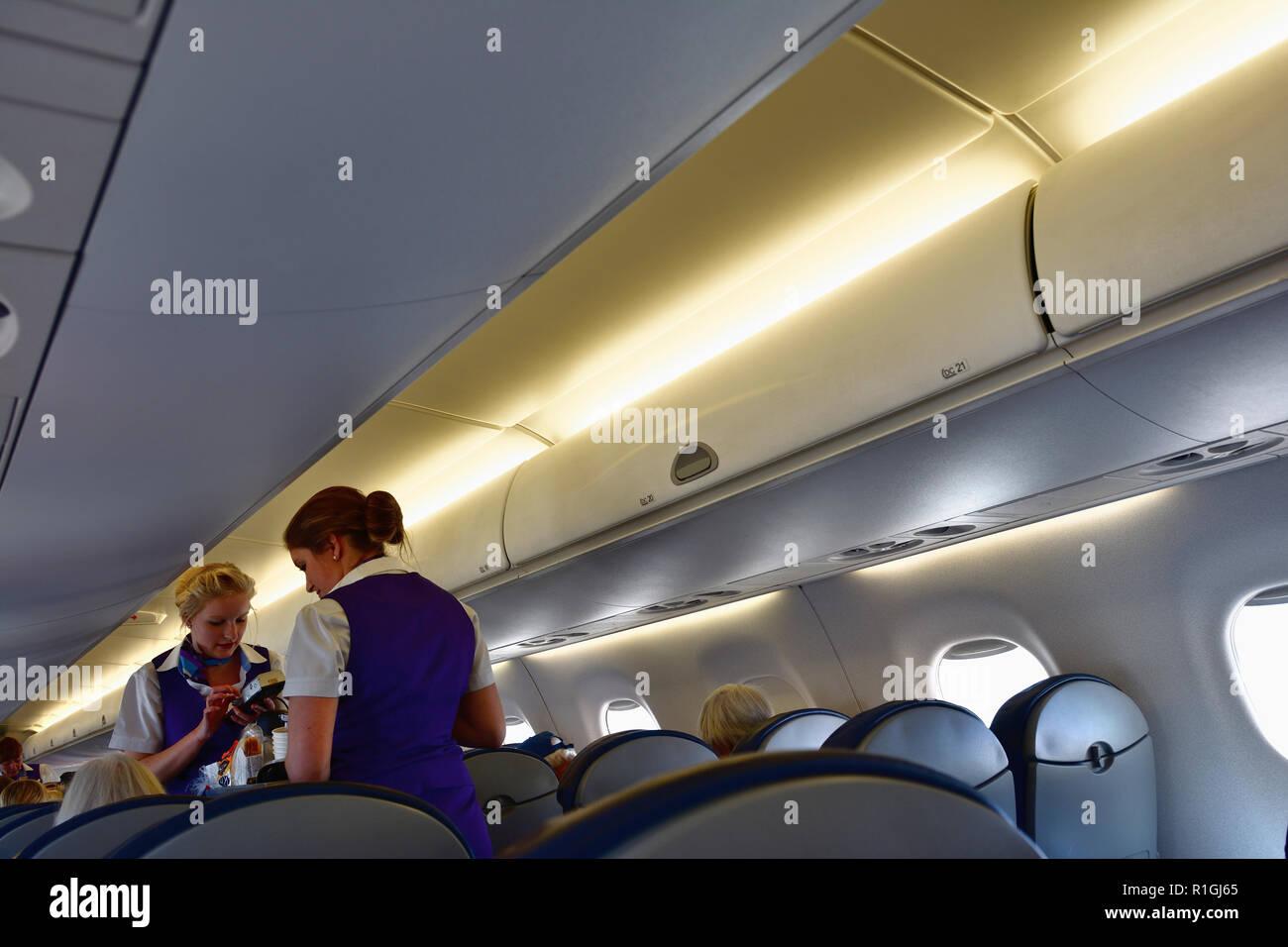 Monarch Airlines. A bordo de la cabina de una aeronave monarca. Málaga, Andalucía, España, Europa Foto de stock