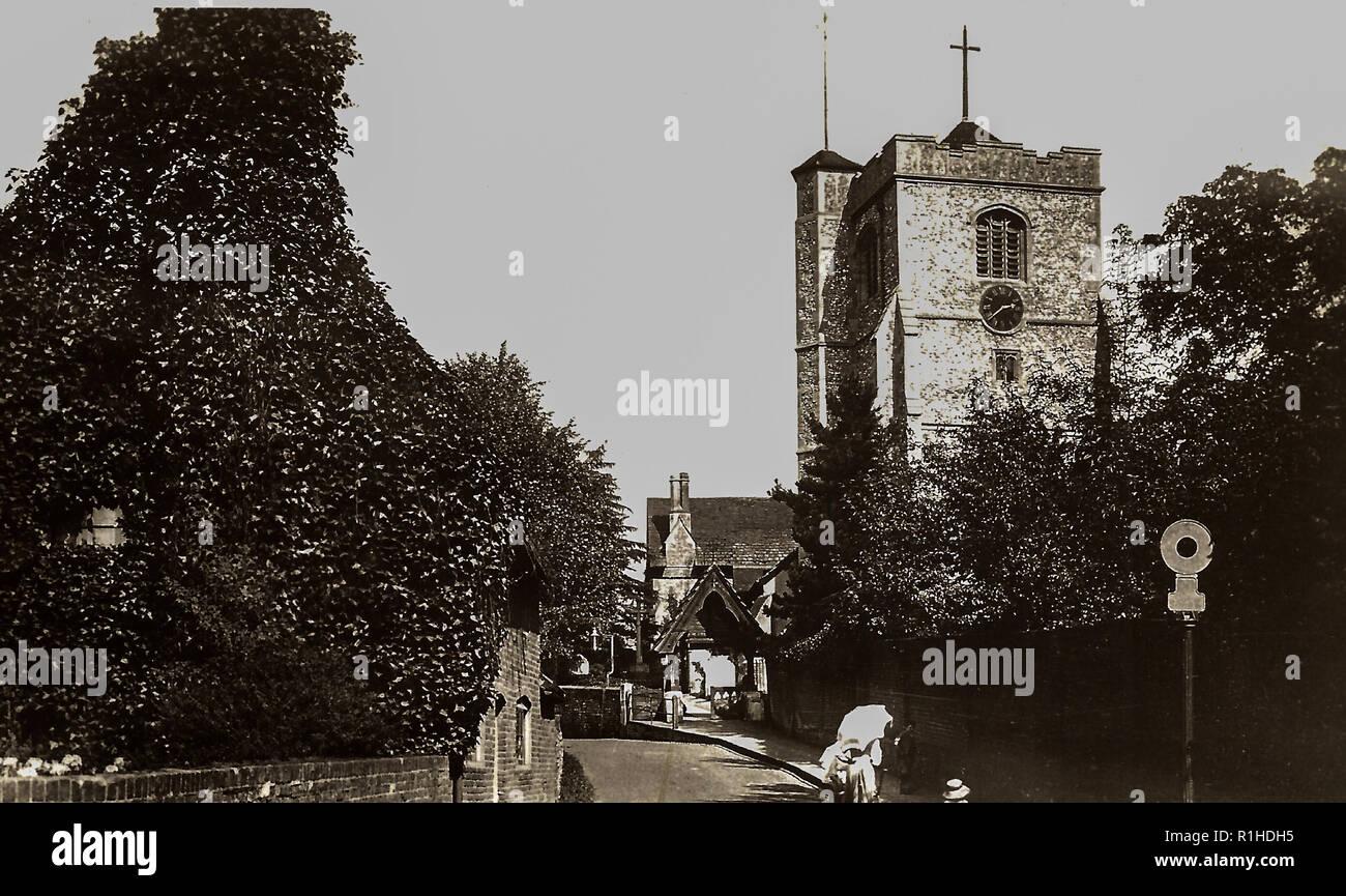 St Marys & St Nicholas Leatherhead 1913. La Iglesia de Santa María y San Nicolás, Leatherhead, es una parroquia Anglicana. Dating originalmente a alrededor del siglo XI,[1] sigue siendo un lugar de culto para este día. El cuerpo de la iglesia, mayormente se remonta a principios del siglo XIII (Nikolaus Pevsner dating la nave a c. 1210): La nave arcadas son típicos del estilo francés de transición tardía luego barriendo el sudeste de Inglaterra. La torre fue construida a finales del siglo XV: sus grandes contrafuertes de ángulo, aplanado perpendicular arcos y ventanas (con sus cinquepartite cusping) y tallada spandr Imagen De Stock