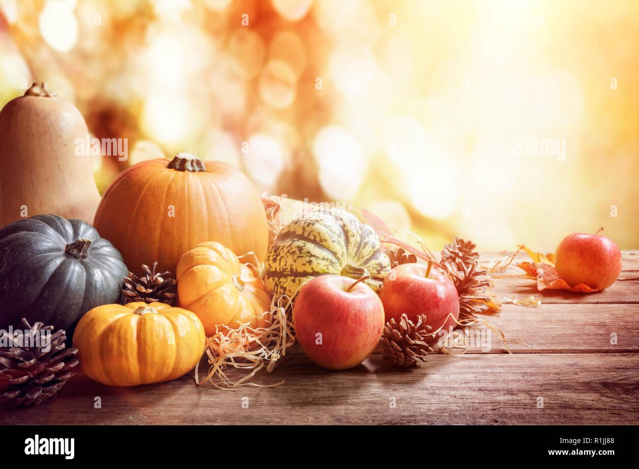 El Día de Acción de Gracias, la caída o el otoño saludo con calabaza de fondo sobre la mesa Foto de stock