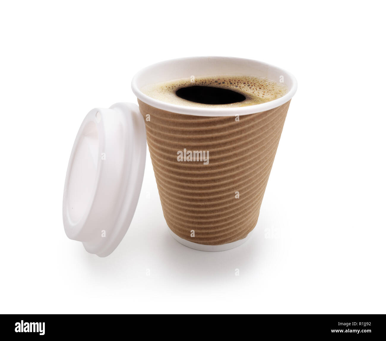 Saque la taza de café desechables aislado sobre fondo blanco. Foto de stock