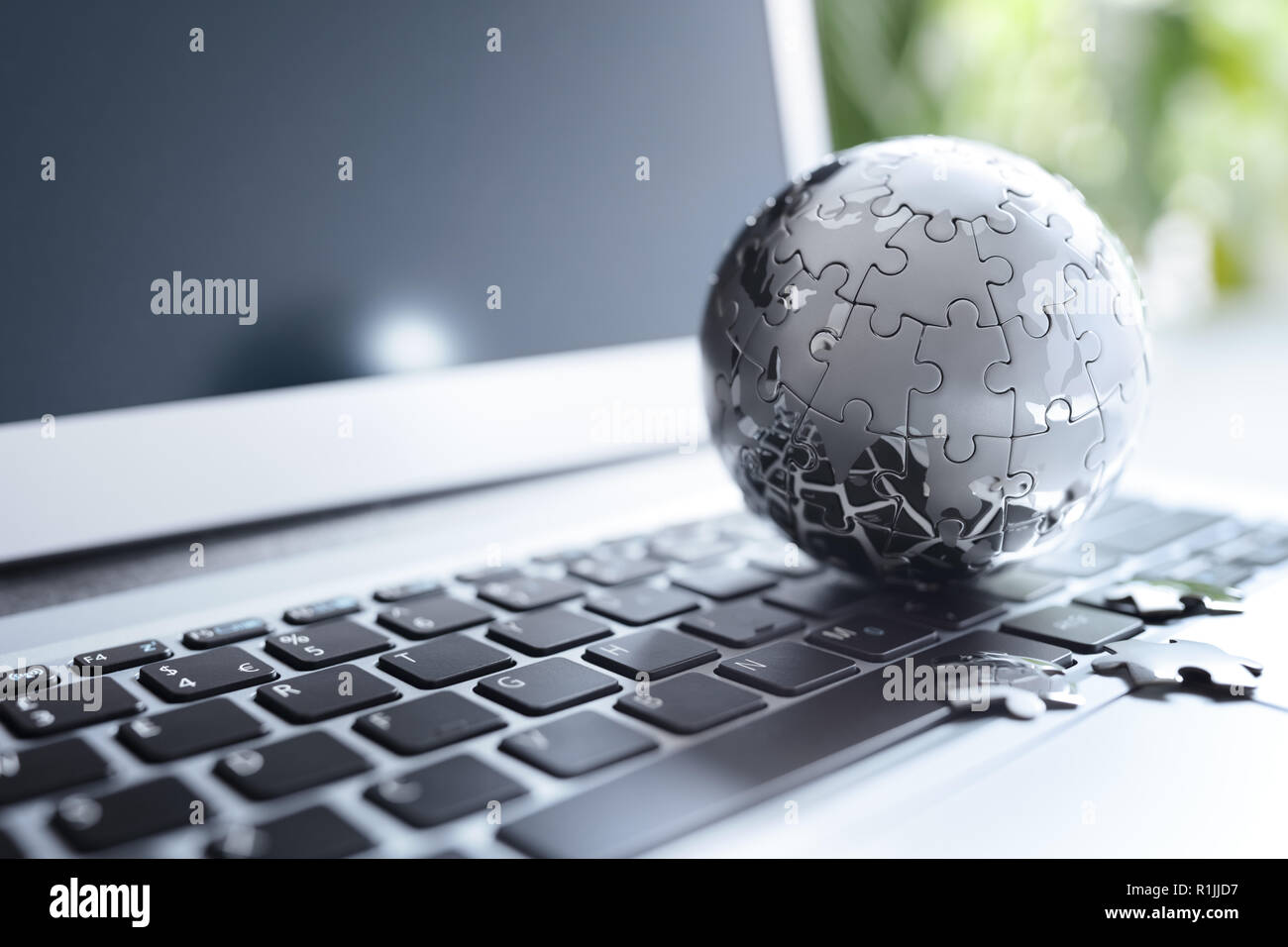 Estrategia global el concepto de la solución - cromo tierra rompecabezas en el teclado portátil Foto de stock