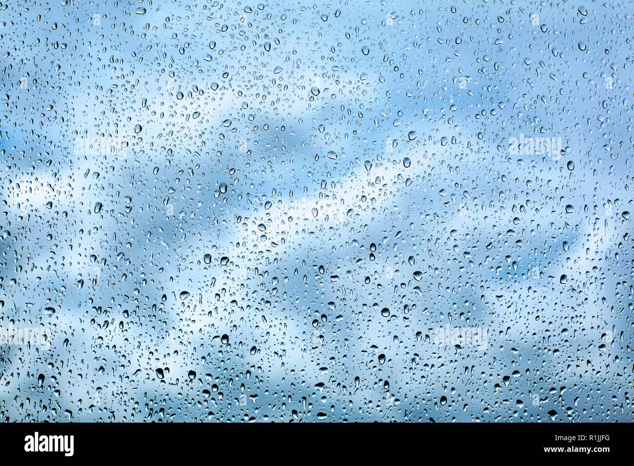 Gotas de agua de lluvia en el cristal Foto de stock