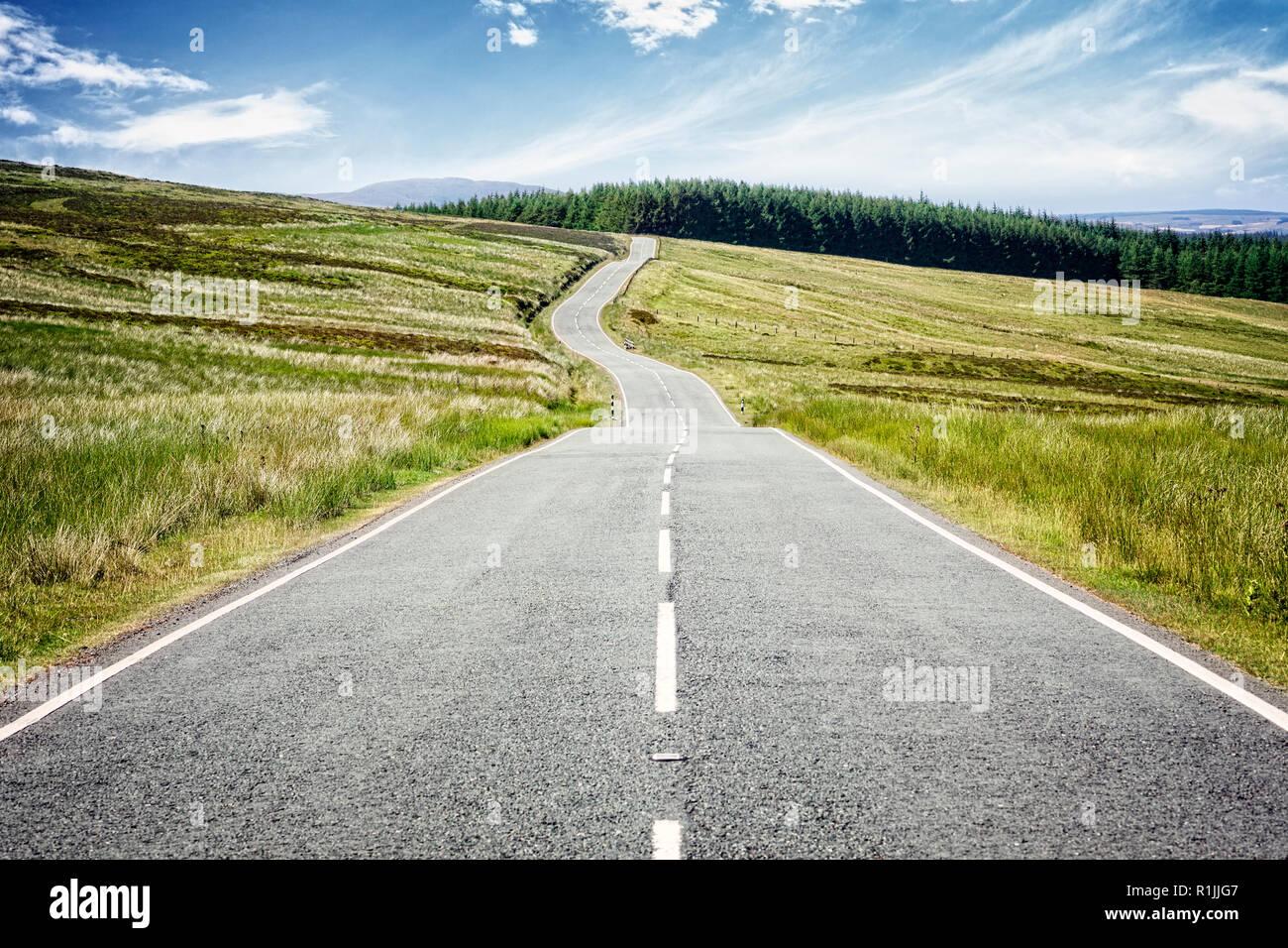 Carretera carretera desaparece en la distancia Foto de stock