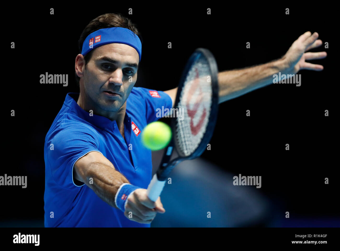 Londres, Reino Unido. 13 Nov, 2018. Roger Federer de Suiza compite durante el partido de dobles contra Dominic Thiem de Austria durante el día 3 de la Nitto 2018 ATP World Tour Finals en el O2 Arena en Londres, Gran Bretaña el 13 de noviembre de 2018. Crédito: Yan Han/Xinhua/Alamy Live News Foto de stock