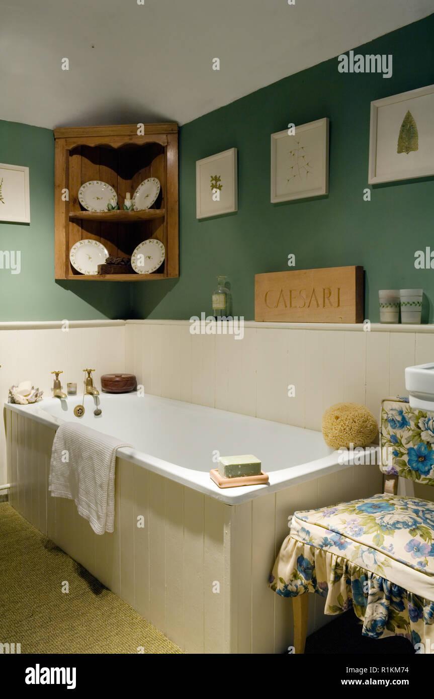 Bañera en el cuarto de baño de estilo país Foto & Imagen De ...