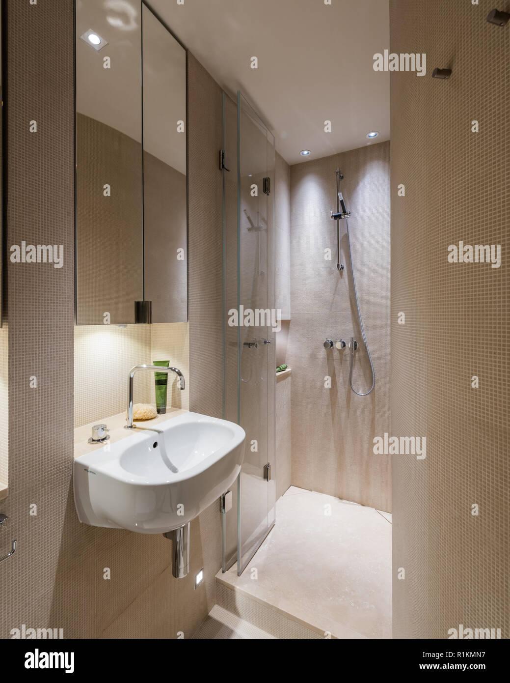 Cuartos de baño de azulejos blancos y marrones Foto & Imagen ...