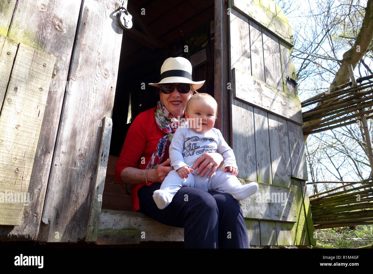 Bebé con la abuela en la campiña rural Inglaterra Imagen De Stock