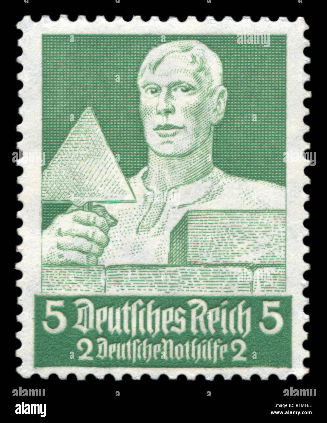 Estampilla histórica alemana: Builder-Mason con espátula. Fondo de asistencia de emergencia. Honorable profesiones, 1934, Alemania, el Tercer Reich Imagen De Stock