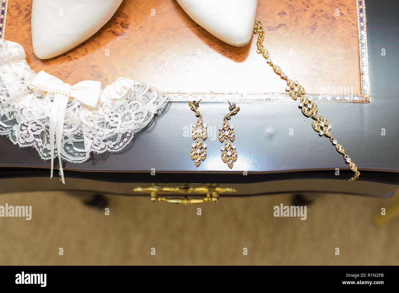 38eb95a43 Hermoso conjunto de mujer accesorios de boda. Novia de la mañana ...