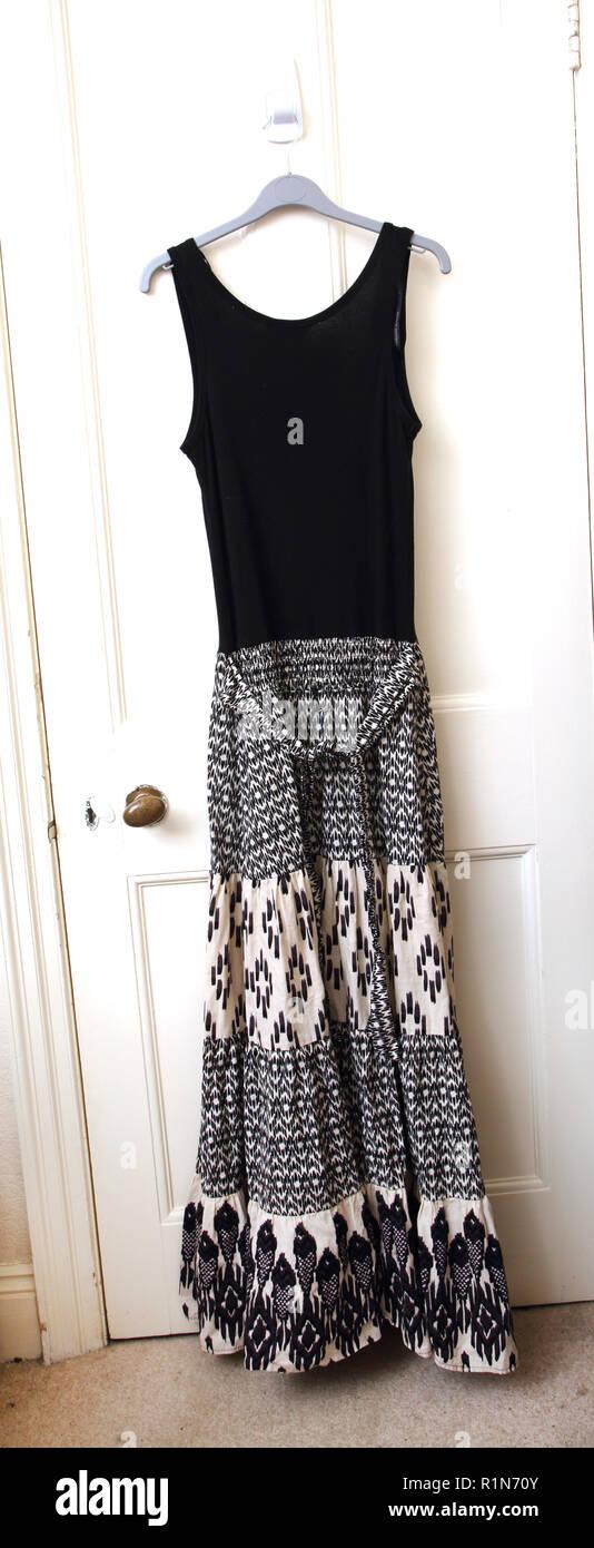 Blanco y negro vestido largo sin mangas Imagen De Stock
