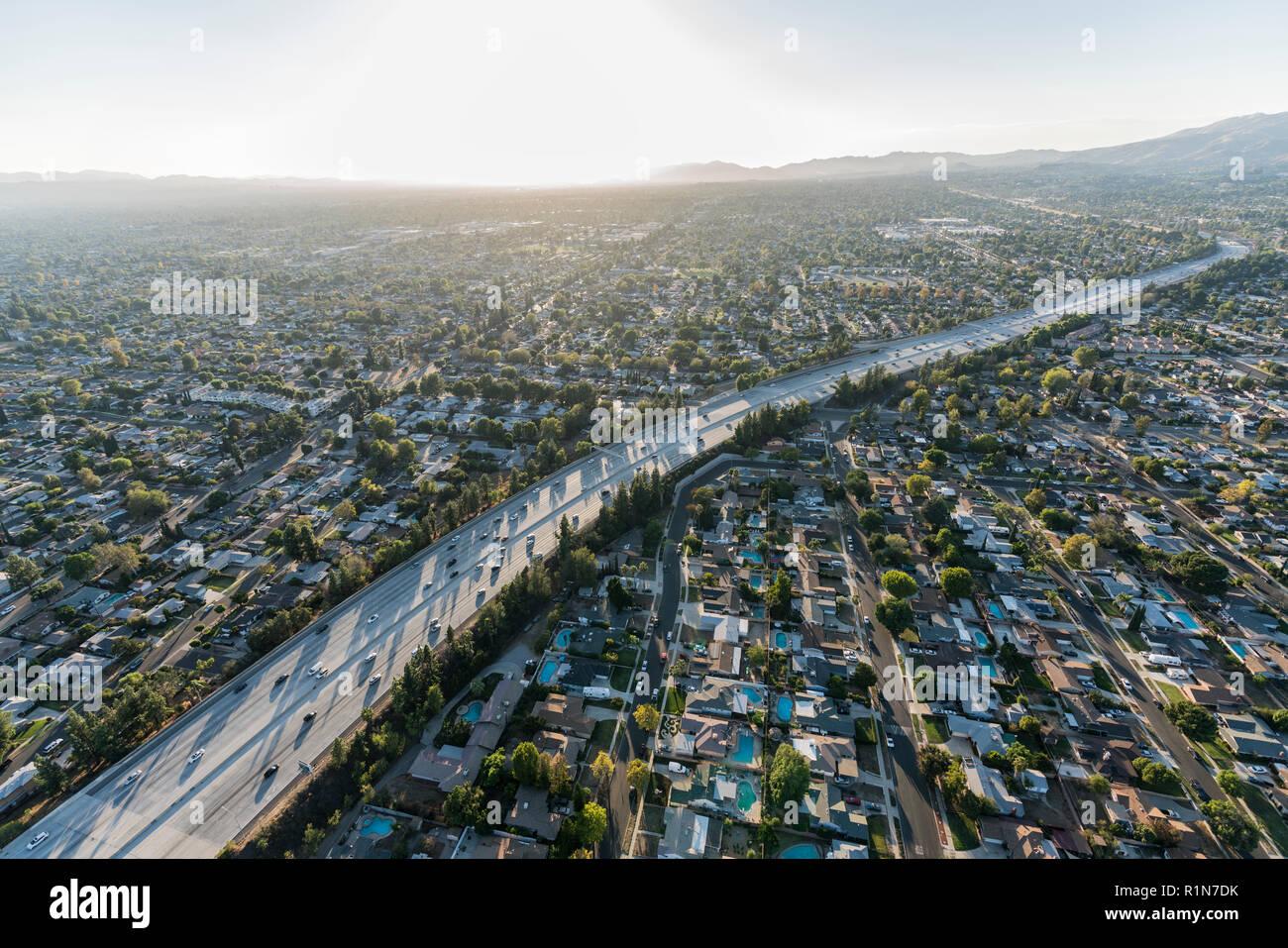 Vista aérea de la tarde sobre la ruta 118 Freeway, en el Valle de San Fernando, de Los Angeles, California. Foto de stock