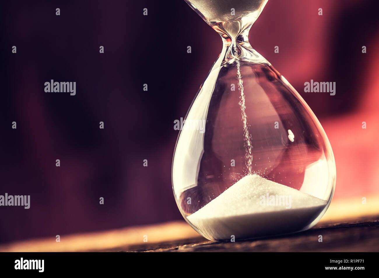Reloj moderno en tiempo de ejecución sobre la mesa de madera. Foto de stock