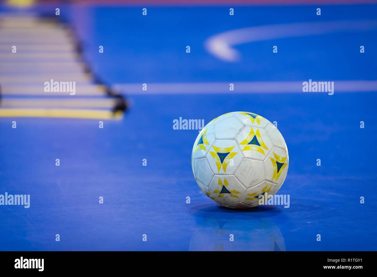 Bola de Futsal en campo interior azul. Futsal azul campo de entrenamiento.  La agilidad de formación escalera en el fondo cff301d2536e3