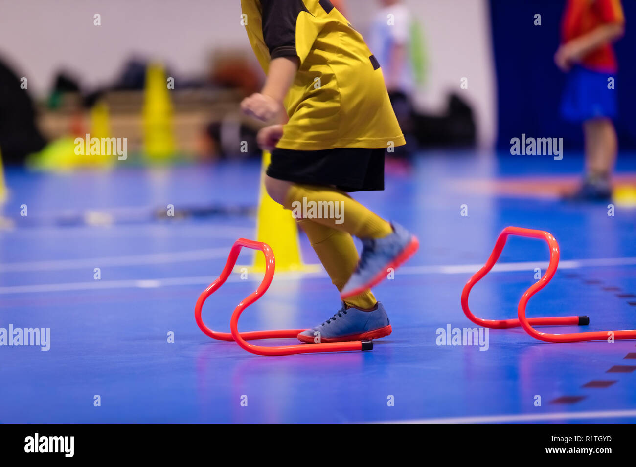 Los niños saltando de futsal entrenamiento de ejercicios. Futsal fútbol  sesiones de entrenamiento. Jugadores de fútbol sala para niños el ejercicio  de ... 7d478c56beb6c