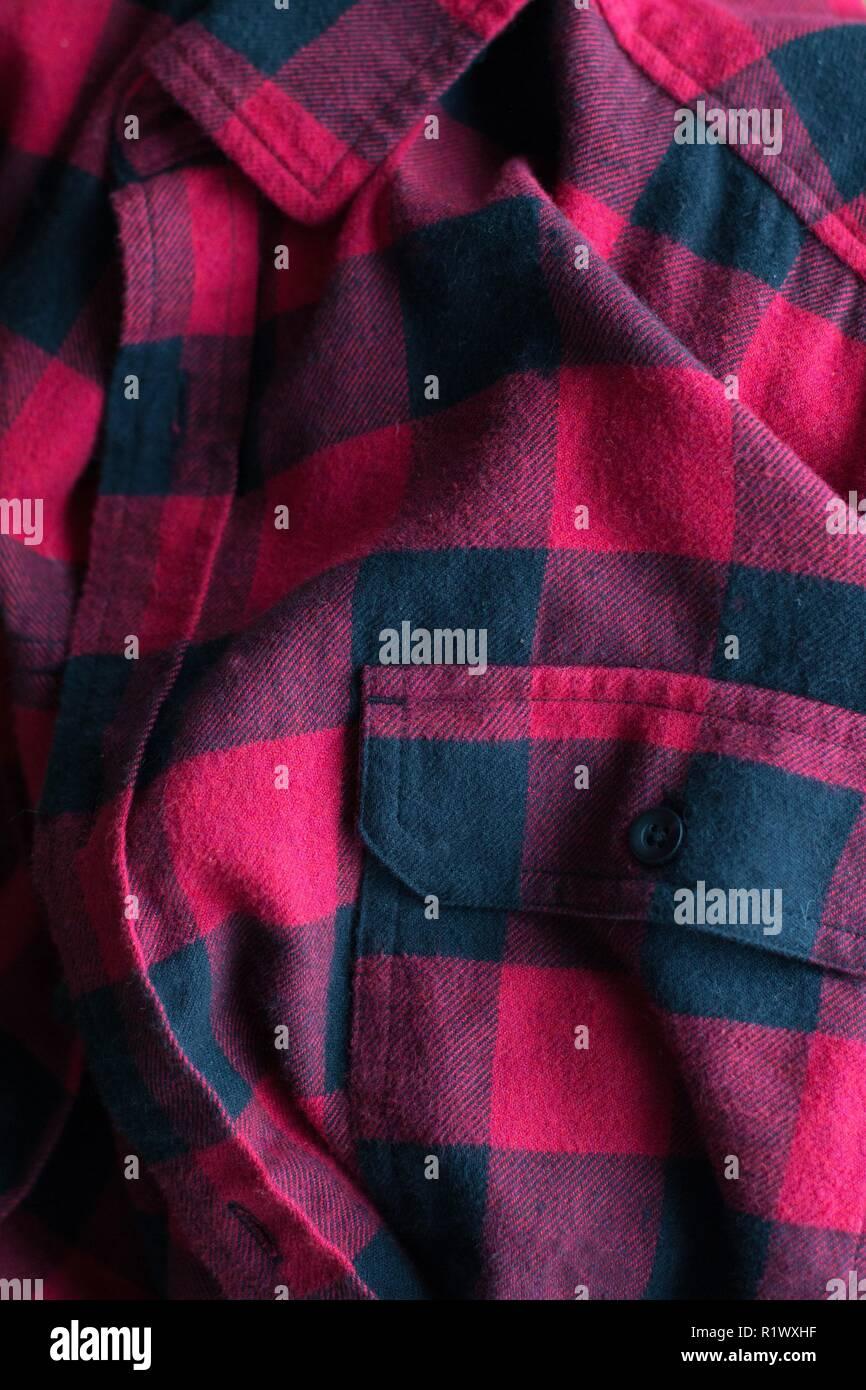 Cerca de una camisa de franela roja. Foto de stock