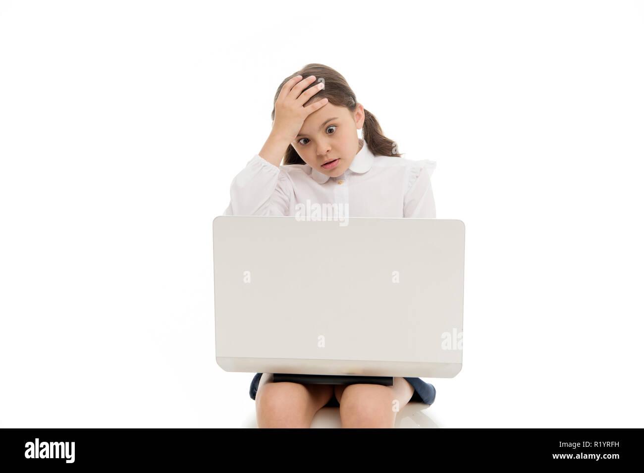 Contenido chocante. Colegiala navegando por internet con conmocionó a la cara. Chica aturdida expresión toque su cabeza. ¿Cómo puede ser posible. Increíble noticia. Portátil navegando por internet. Concepto de asesoramiento parental. Imagen De Stock