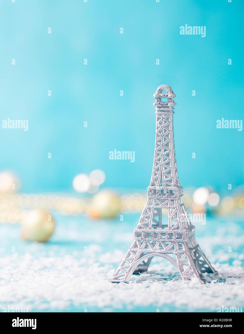 Navidad, Año Nuevo fondo azul con nieve y ornamento de la torre Eiffel. Copie el espacio. Foto de stock