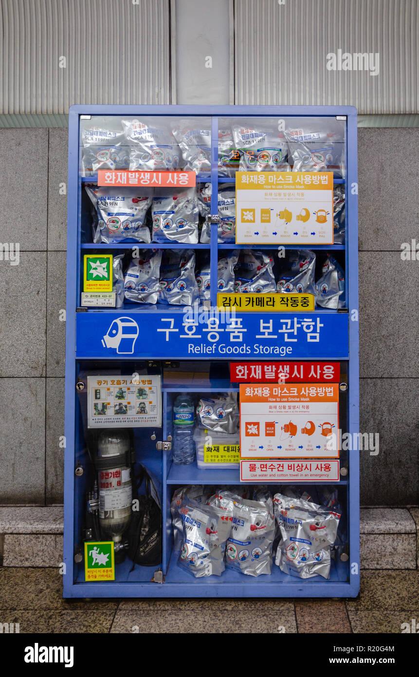 ffb150cb0 Un armario lleno de humo máscaras y suministros de emergencia en caso de un  ataque químico