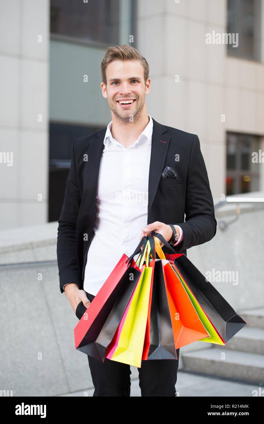 Bolsos De Compras Del Hombre Que Llevan Con Las Compras El